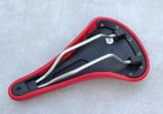 Selle rouge en cuir synthétique pour vélo vintage ou fixie